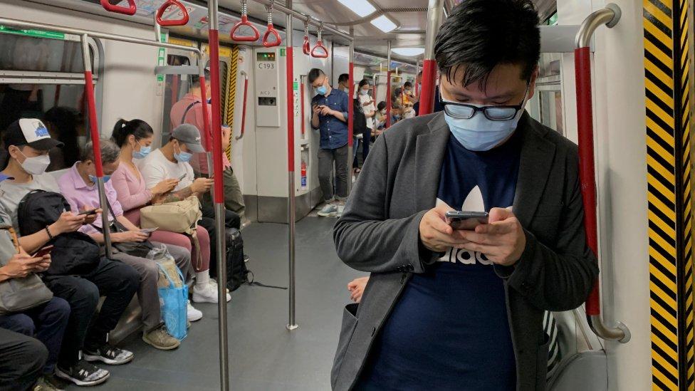 香港地鐵車廂內乘客都戴上口罩(13/7/2020)