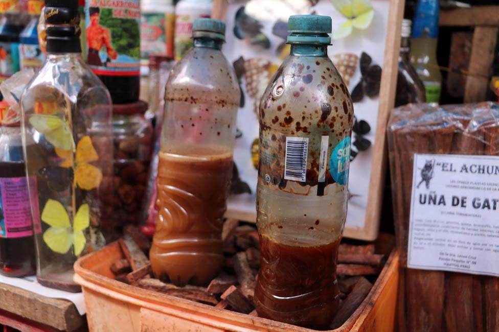 Ayahuasca a la venta en el mercado de Belén Market en Iquitos, Perú.