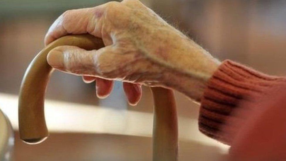 Mae nifer y bobl sy'n byw i fod yn 90 oed yng Nghymru wedi treblu mewn 30 mlynedd