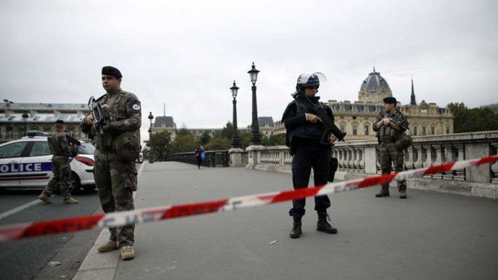 هجوم بسكين على مقر للشرطة الفرنسية في باريس يسفر عن سقوط قتلى وجرحى