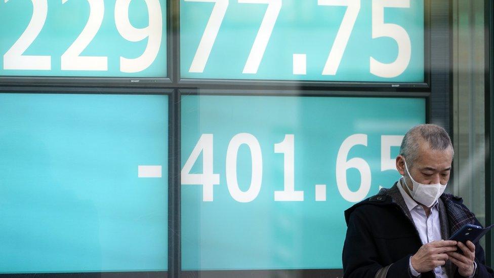Hombre con máscara en la bolsa de valores
