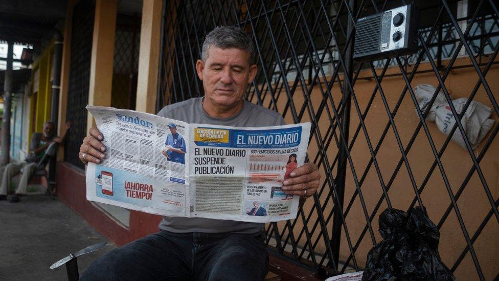 Hombre lee El Nuevo Diario en 2019.