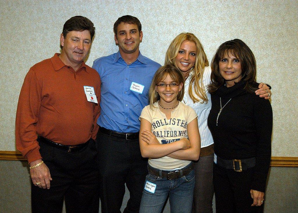Britney Spears con su familia en el año 2003. De izda. a dcha.: Jamie Spears, Bryan Spears, Jamie-Lynn Spears, Britney Spears y Lynne Spears.