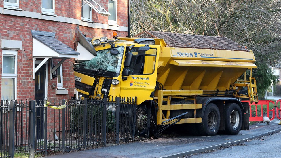 Gritter lorry smashes into house in Helsby