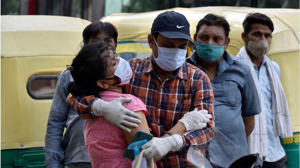 امرأة تبكي بعد أن رفض مستشفى استقبال والدها