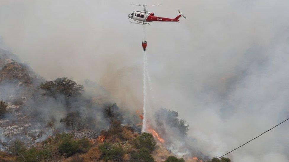 طائرة مروحية تساعد في مكافحة الحرائق.