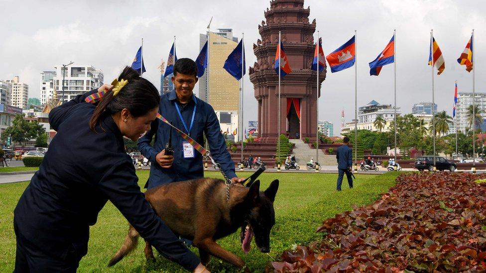 Persiapan perayaan kemerdekaan di Phonm Penh.