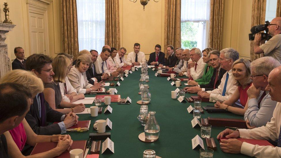 Una foto del primer gabinete de gobierno de May.