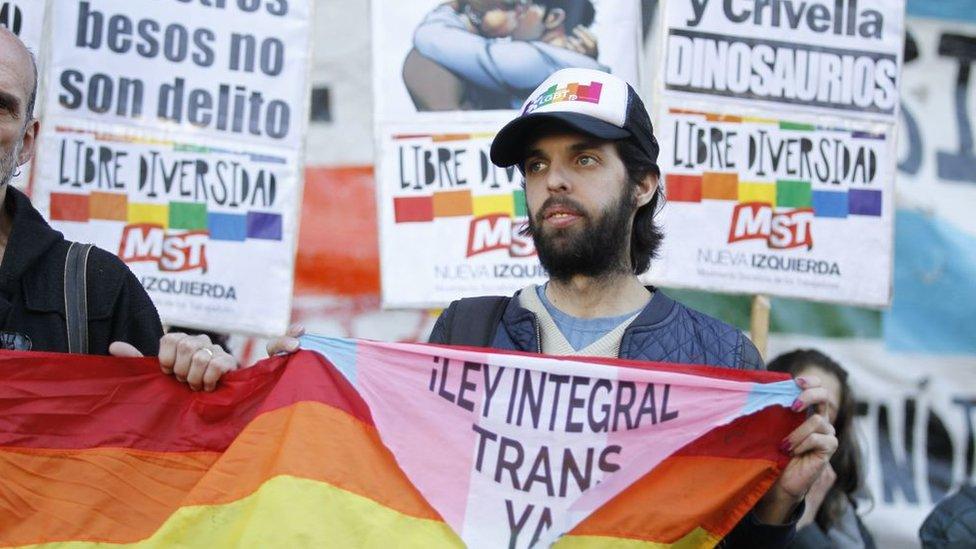Marcelo Crivela comic beso gay