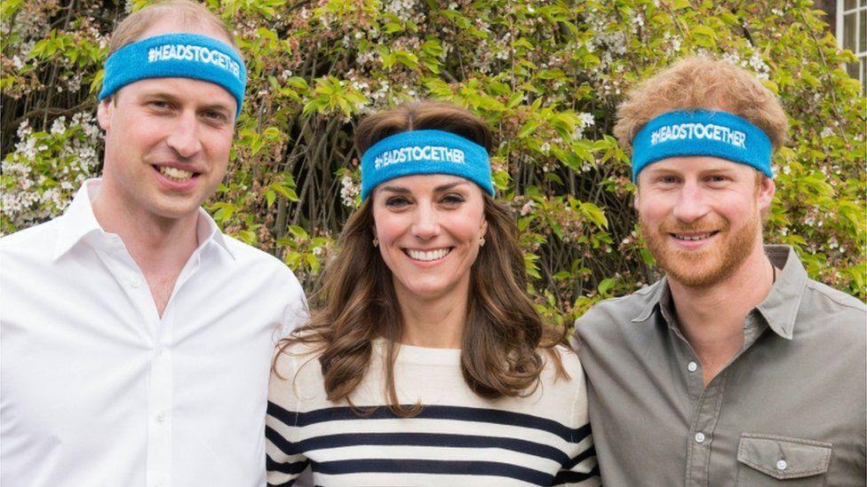 El príncipe Harry y el Duque y la Duquesa de Cambridge alentaron en 2017 a los corredores de la organización Heads Together en la maratón de Londres.