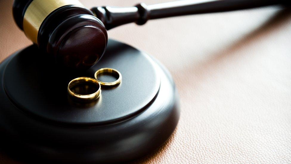 Dos anillos y el martillo de un juez