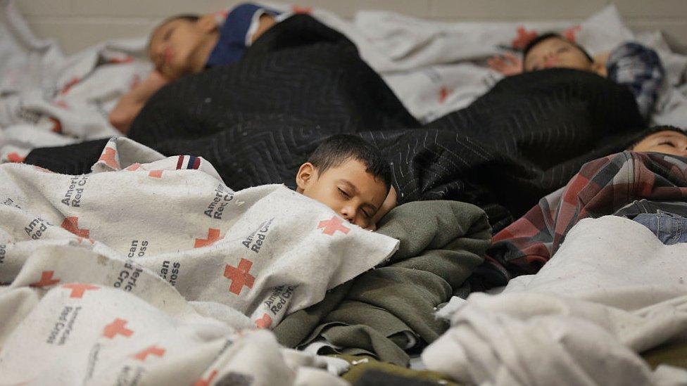 Niños migrantes duermen dentro de una celda de la Agencia de Aduana y Patrulla Fronteriza de Estados Unidos en 2014.