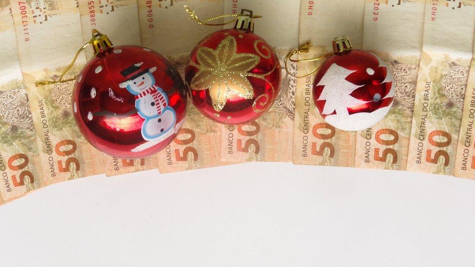 Bolas de Natal sobre notas de 50 reais