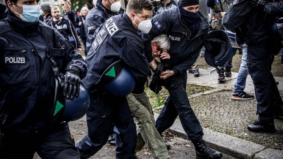 الشرطة تعتقل متظاهرين خلال مظاهرة ضد إجراءات الحكومة الألمانية الخاصة بفيروس كورونا