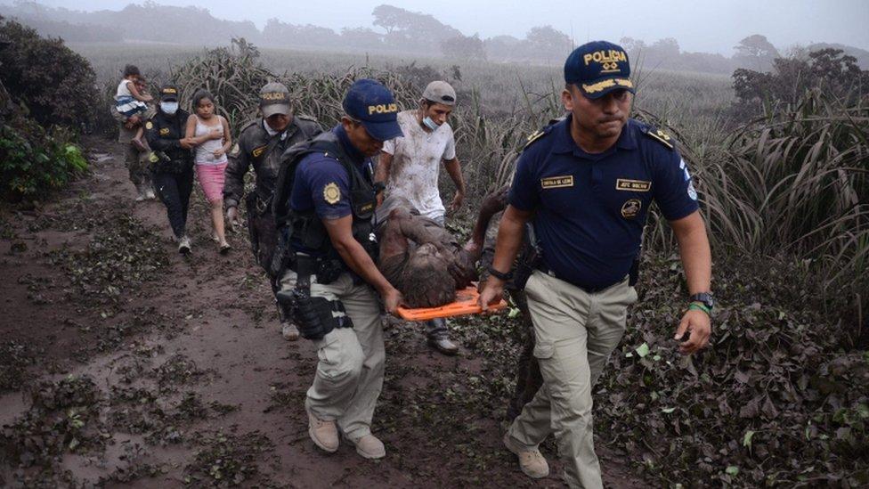 Rescate tras las erupción del Volcán de Fuego.