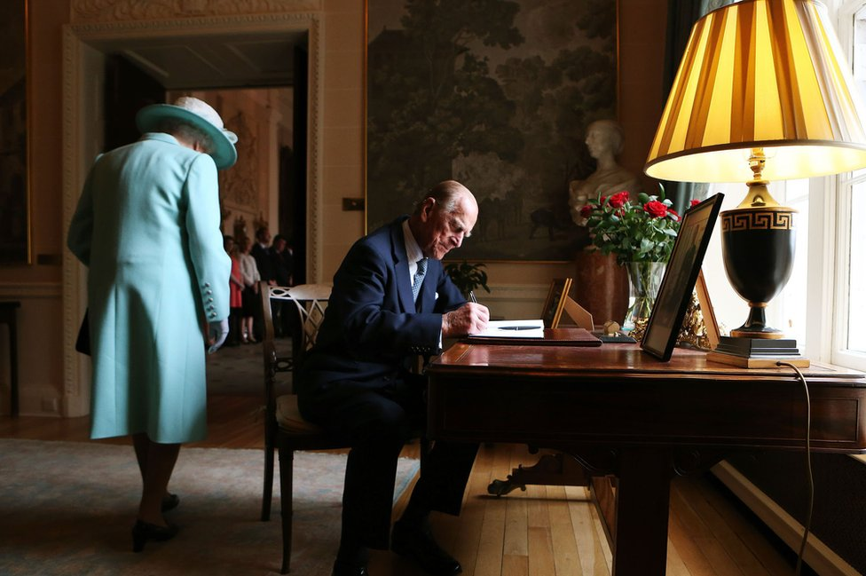 Firma del libro de visitantes en el castillo de Hillsborough, Belfast.
