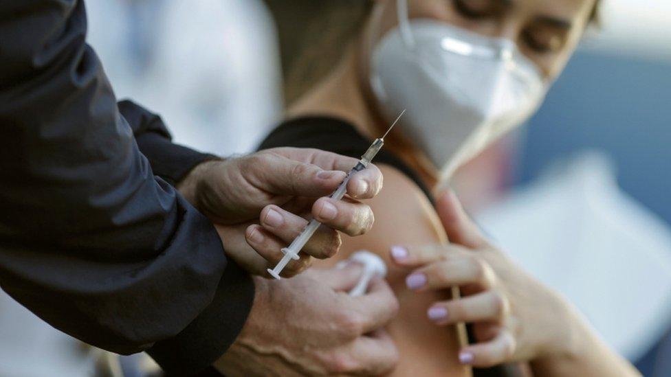 mulher sendo vacinada