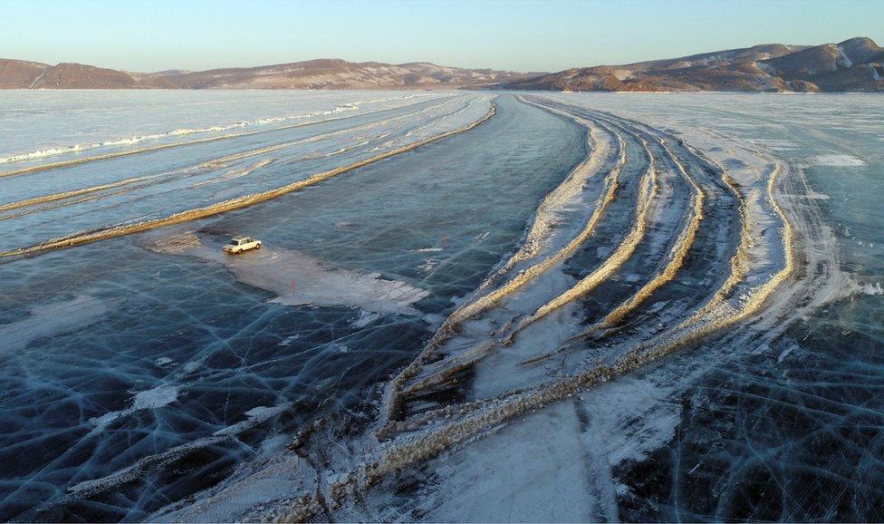Automobil na zaleđenom putu koji povezuje obale reke Ienisei u Krasnojarsku u Rusiji