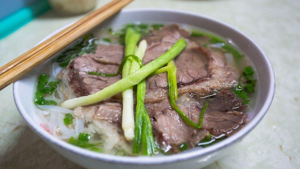 Hanojski fo sadrži slanu goveđu čorbu uz minimalnu upotrebu peršuna i začina