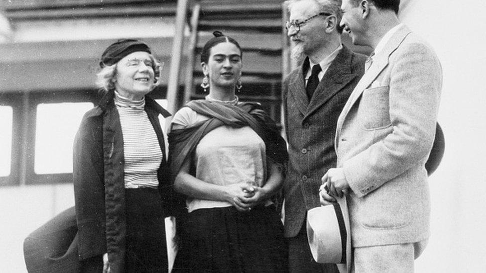 Foto antigua de Frida Kahlo con Leon Trotski.