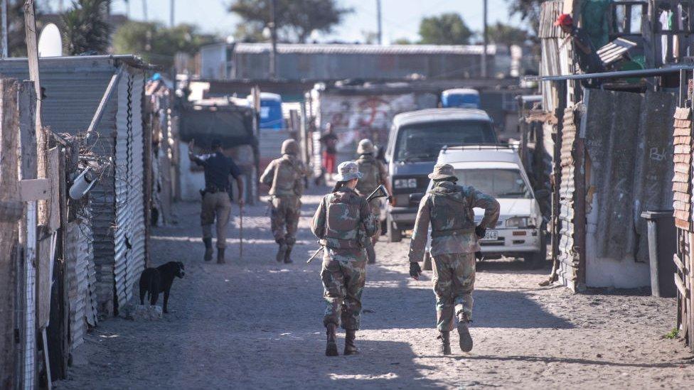 Oficiales de la Guardia Nacional de Sudáfrica asegurándose de que la gente en Ciudad del Cabo respete el confinamiento.
