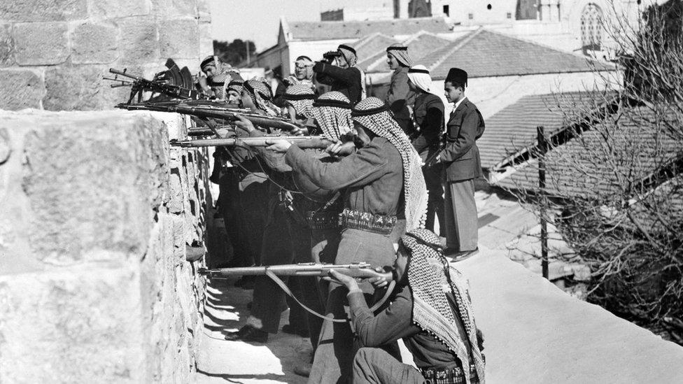 Tentara Pasukan Arab menembak ke arah petempur Yahudi dari Haganah, pasukan bela diri Yahudi pada Maret 1948, konflik Israel-Palestina