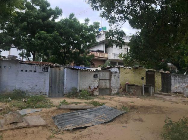 Bangunan penjara, di belakangnya adalah daerah pemukiman.