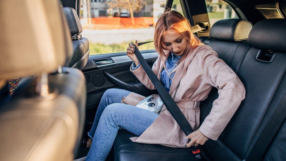 Mujer poniéndose el cinturón de seguridad