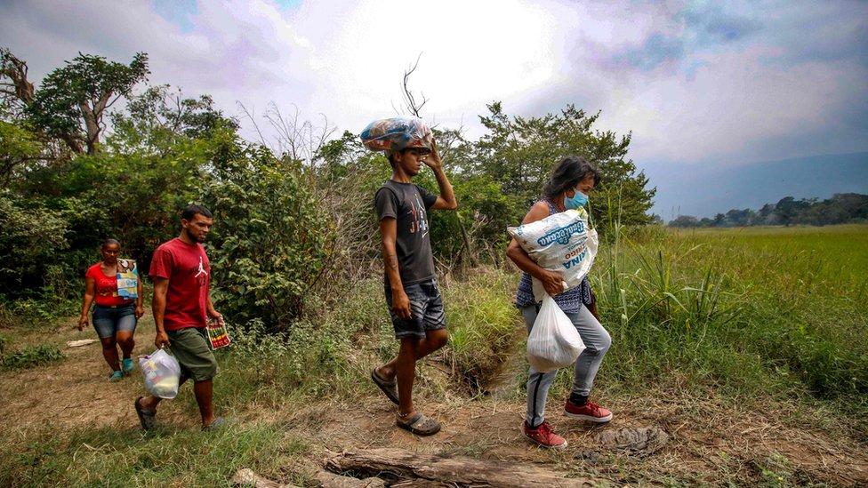 Venezolanos cruzando la frontera entre Cúcuta en Colombia y San Antonio del Táchira en Venezuela.