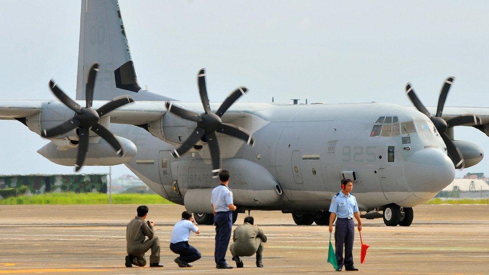 """2009年到台灣協助救災的美國C-130運輸機,只有在機翼下方的機身可以隱約看見""""美國海軍陸戰隊""""的標示。"""