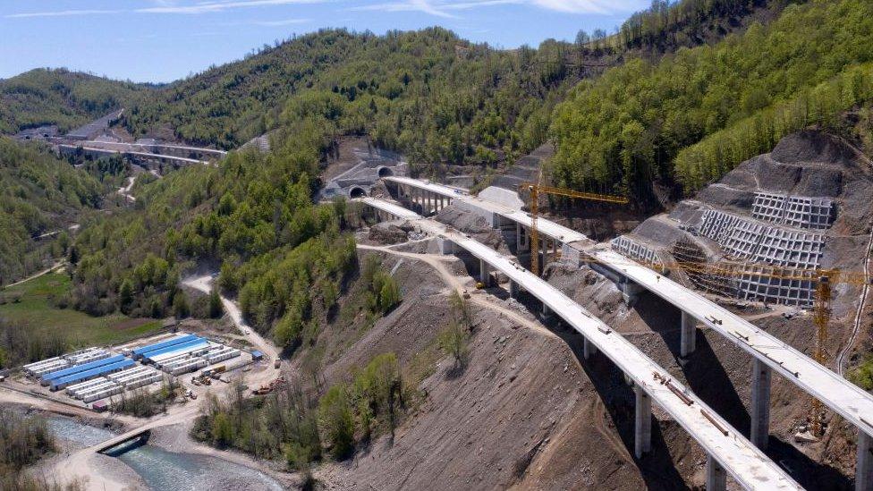 Construcción de carretera en Montenegro.
