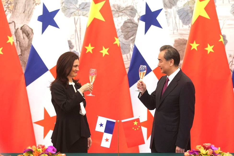Picture of China's foreign minister Wang Yi (right) toasting Panama's foreign minister Isabel Saint Malo de Alvarado
