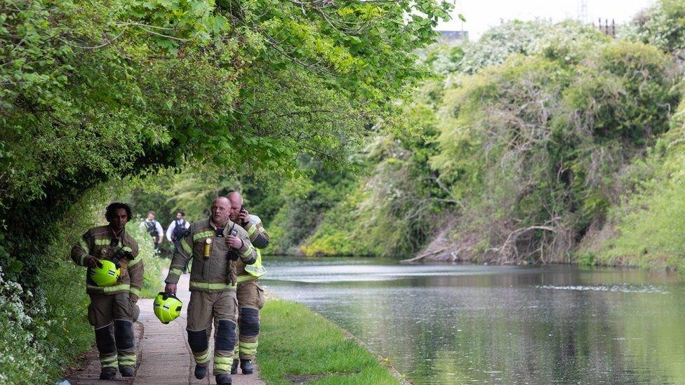 رجال الإنقاذ عند القناة