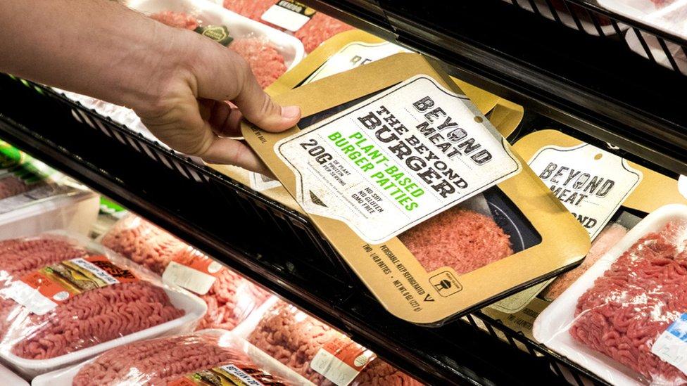 Un paquete Beyond Burger en un estante.