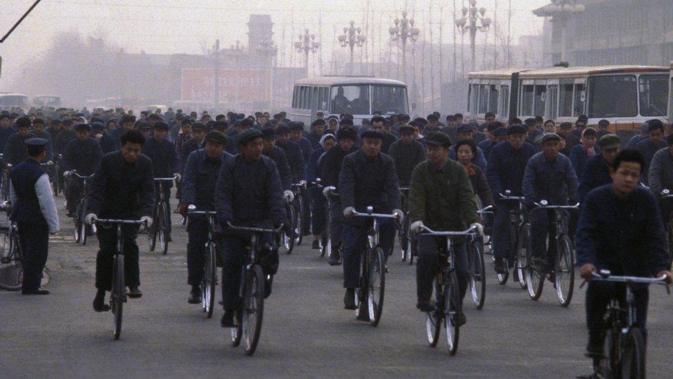 Ciclistas en la avenida ChangAn en Pekín, 1978.