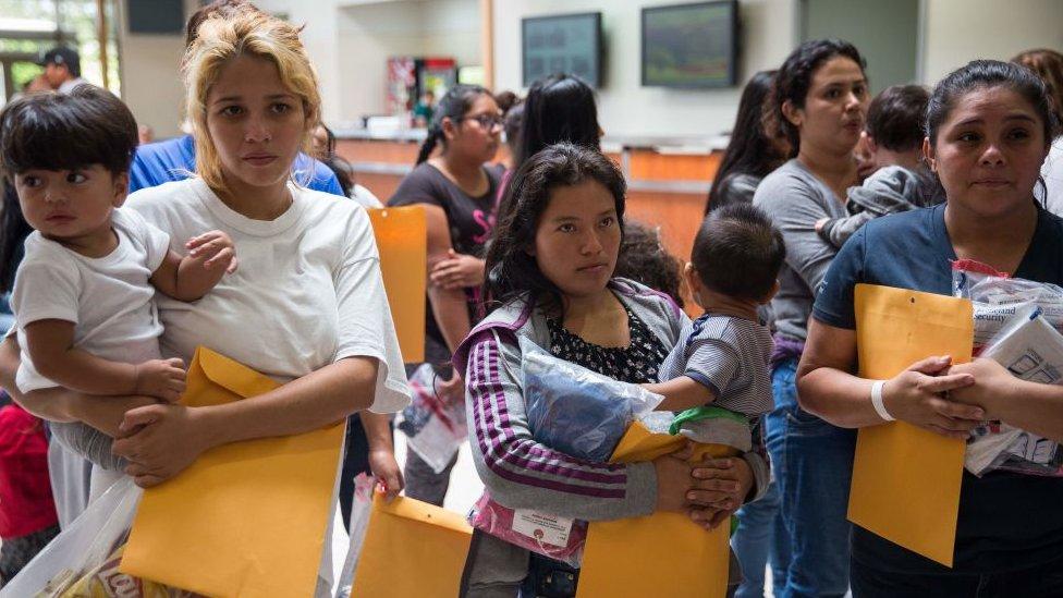 Madres con sus hijos tras haber sido liberadas de un centro de detención.