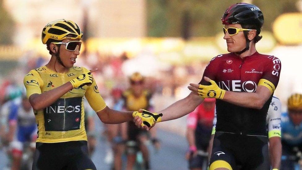 Egan Bernal cruza la meta final del Tour de Francia con la camiseta amarilla de líder y es homenajeado por el anterior ganador, Geraint Thomas.