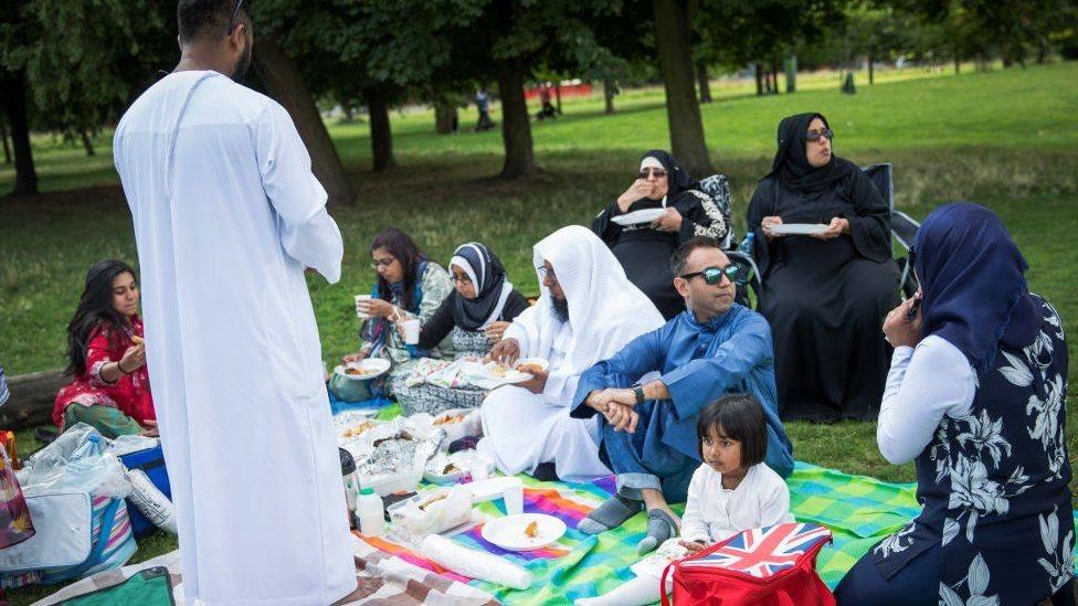 Merayakan Id di taman kota bersama keluarga