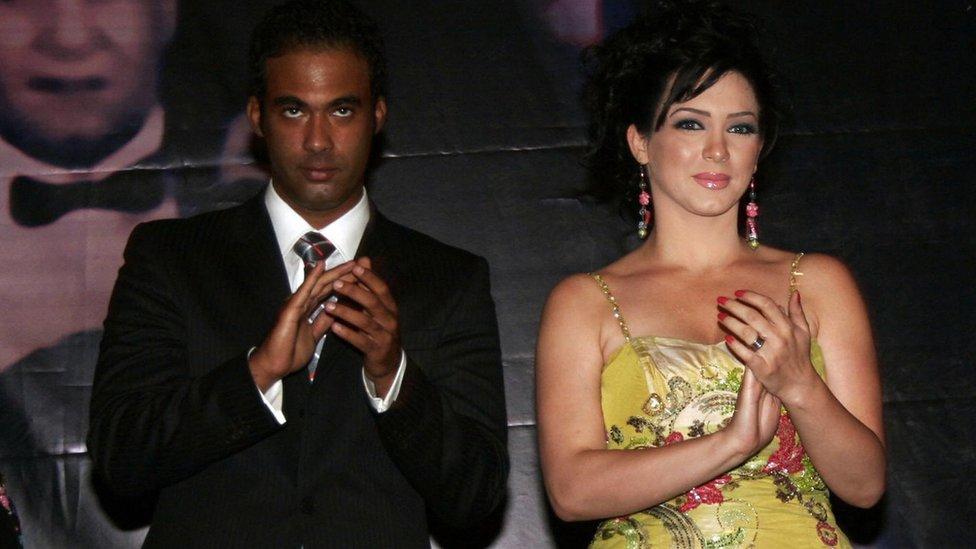 هيثم، نجل أحمد زكي، في عرض فيلم حليم. وعلى يساره الممثلة سلاف فواخرجي