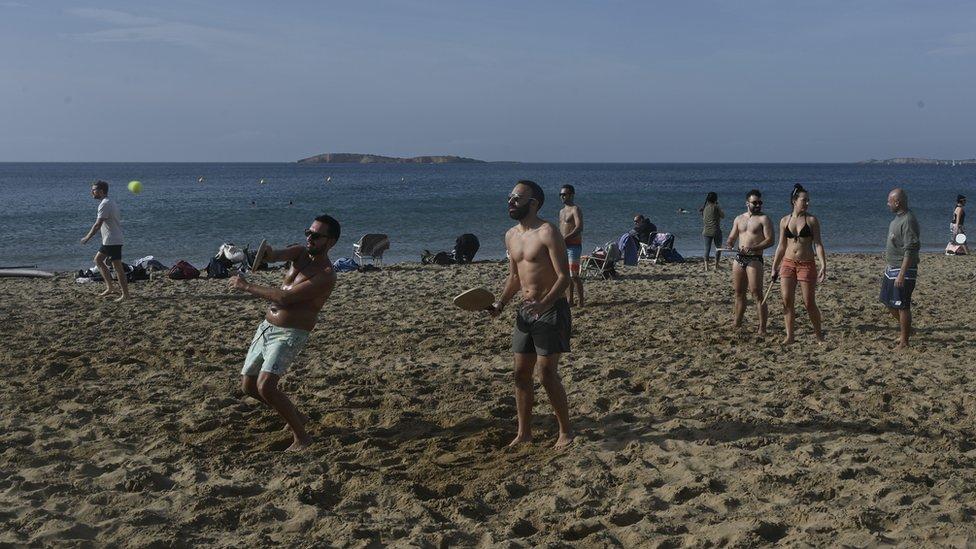 Люди играют на пляже недалеко от Афин