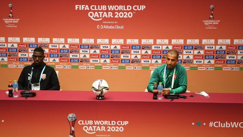 المدرب الفرنسي صبري لاموشي مع اللاعب المعز علي.