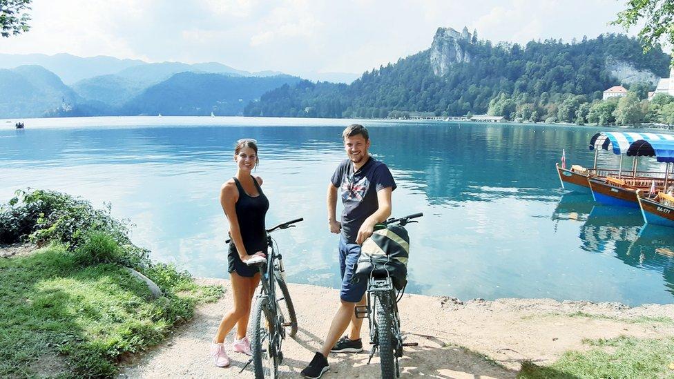 Par pored jezera