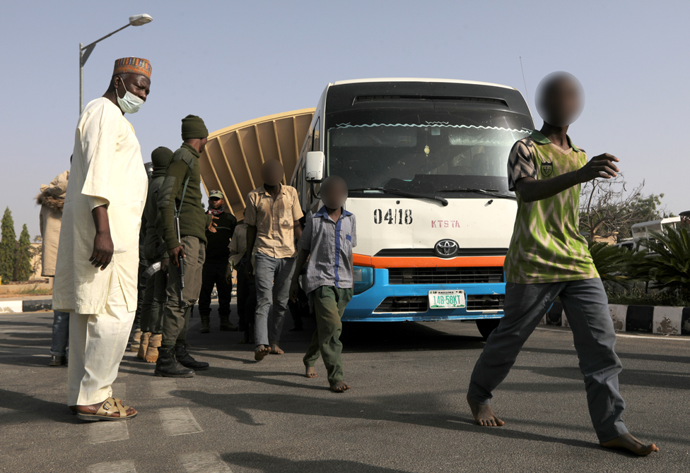 Alunos nigerianos libertados caminham após serem resgatados pelas forças de segurança em Katsina, Nigéria, 18 de dezembro de 2020. REUTERS / Afolabi Sotunde