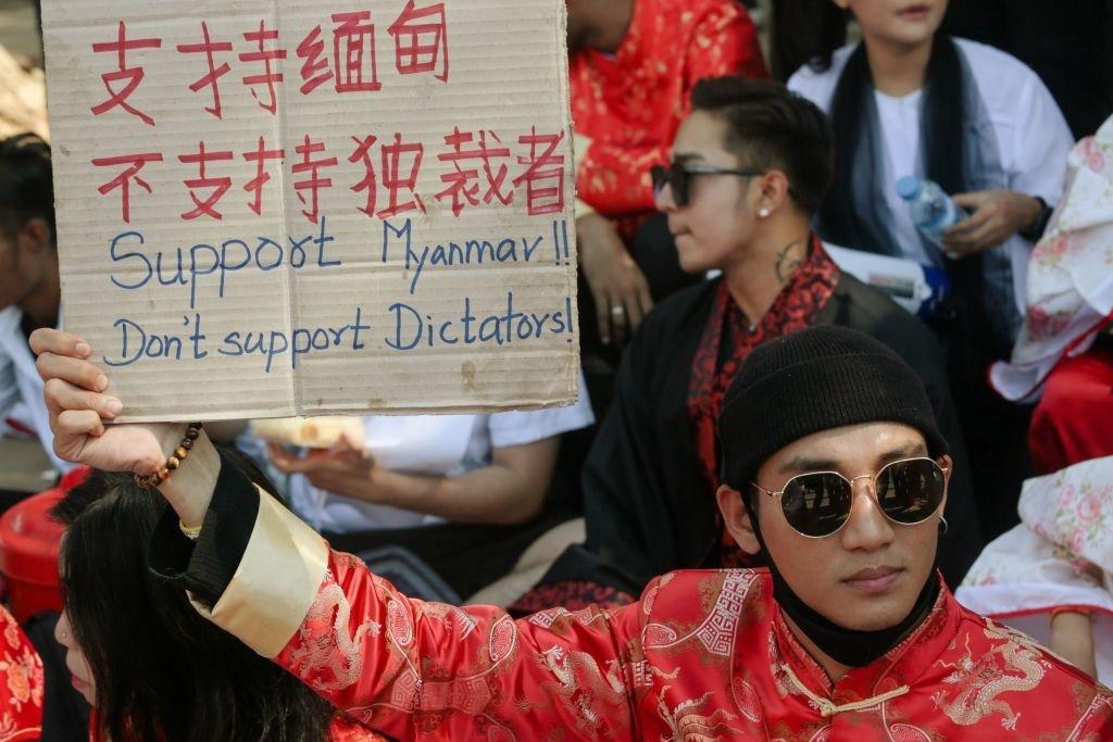 一名緬甸藝人身穿唐裝進行抗議。