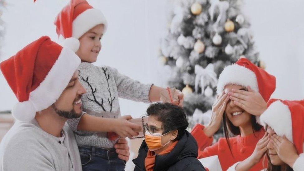 Homem passa por publicidade natalina na Itália