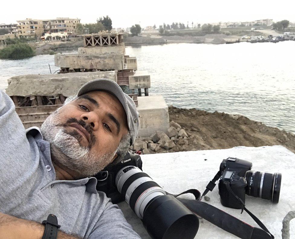Abud Hamam na uništenom mostu
