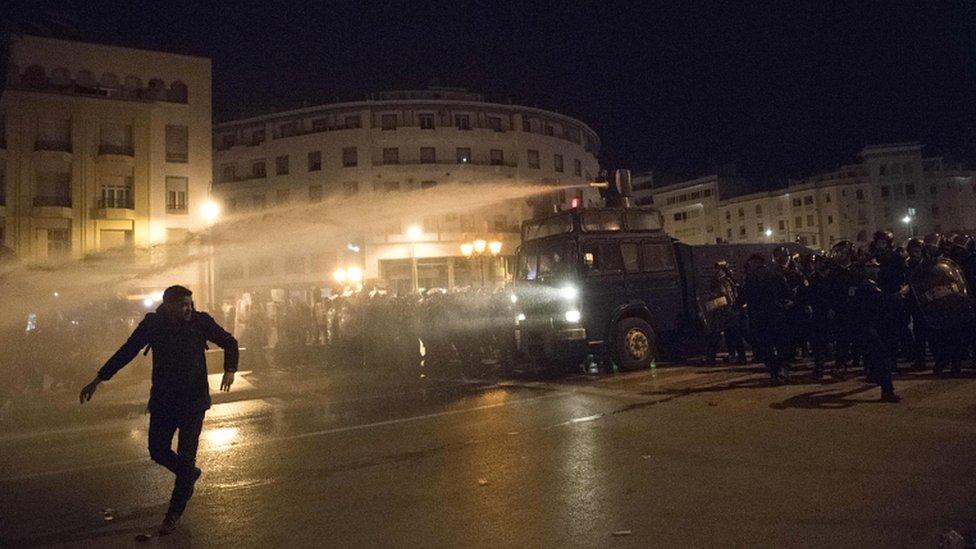استخدمت الشرطة خراطيم المياه لتفريق جموع المتظاهرين