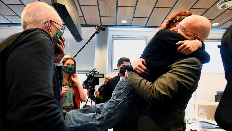 Activistas medioambientales se abrazan en el tribunal