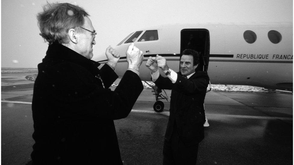 Bernard Kušner napušta Kosovo nakon godinu i po dana na čelu UNMIK-a, 2001.