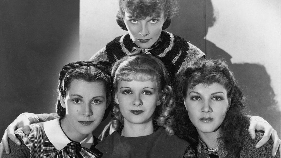 Katharine Hepburn, Frances Dee, Joan Bennett y Jean Parker interpretaron a las hermanas March en la versión de 1933, dirigida por George Cukor.